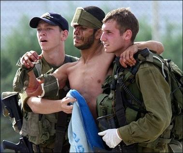 20060814063756-0000-soldados-israelies-con-herido.jpg